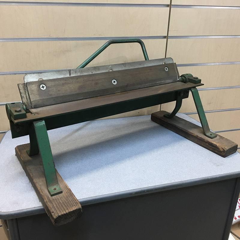 【中古品】メーカー不明 手動式アングルバッタ 板金折り曲げ機 《板金屋引取品》 ハゼ折り 建築 折曲 加工 刃渡り477mm買取しました!
