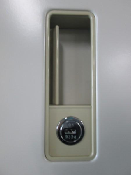 オカムラ両開き上下書庫U2502R-1カギ付 棚板4枚詳細画像2