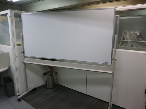 イトーキ 1800脚付ホワイトボード 中古 オフィス家具 ホワイトボード